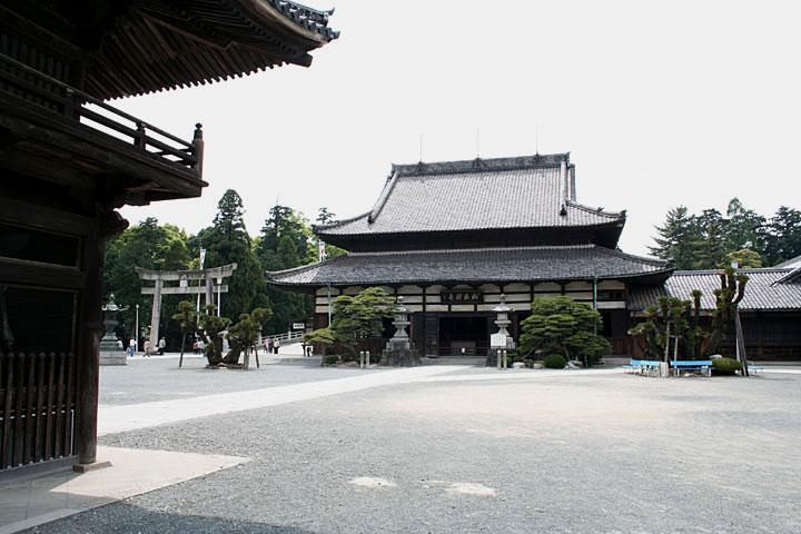妙厳寺総門法堂