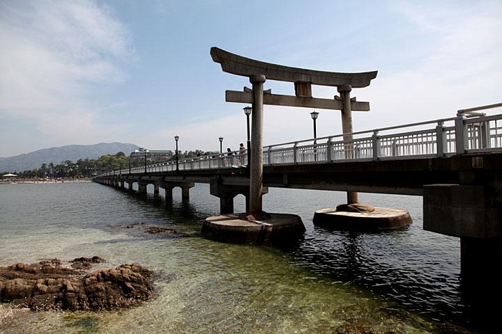 八百富神社の参道の橋をまたぐ鳥居