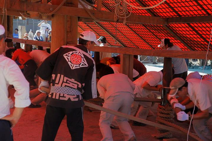 カグラサン(万力)で屋根形覆を吊り上げ開始