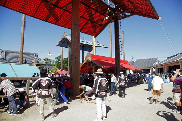 カグラサン(万力)で吊り上げられる屋根形覆