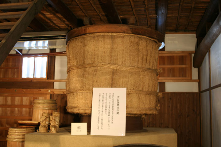 大豆を蒸す大樽