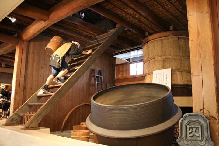 蒸した大豆を二階に上げる
