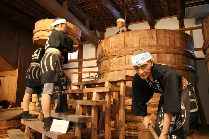 出来上がった味噌の元を「六尺」という仕込み樽へ運ぶ