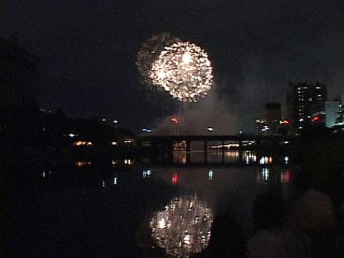川面に映る花火