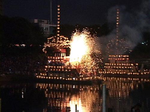 天王丸船上での手筒花火