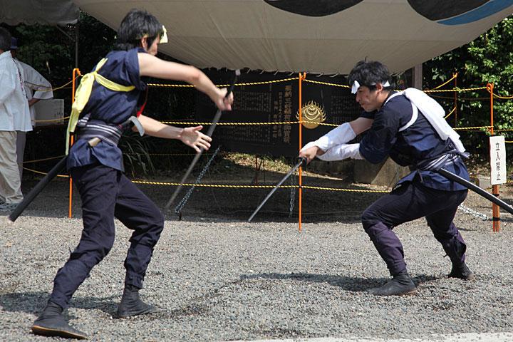 三好稲荷閣境内で披露された棒の手の演舞