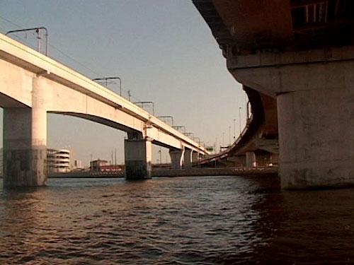 海から見た連絡橋
