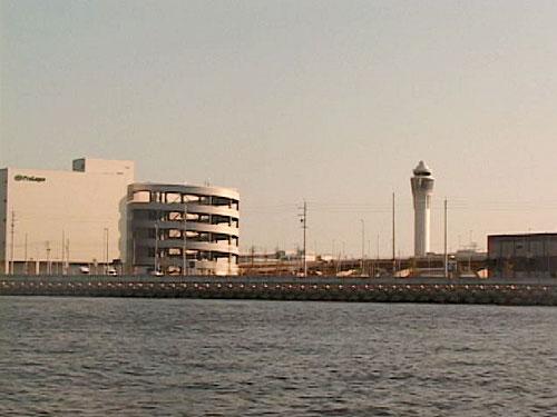 海から見た管制塔