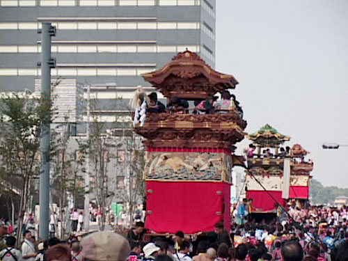 12台が名鉄駅前ロータリに、19台が平和通エリアに集結。