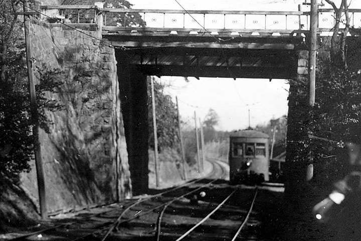 名古屋城の堀を走る戦前の瀬戸電