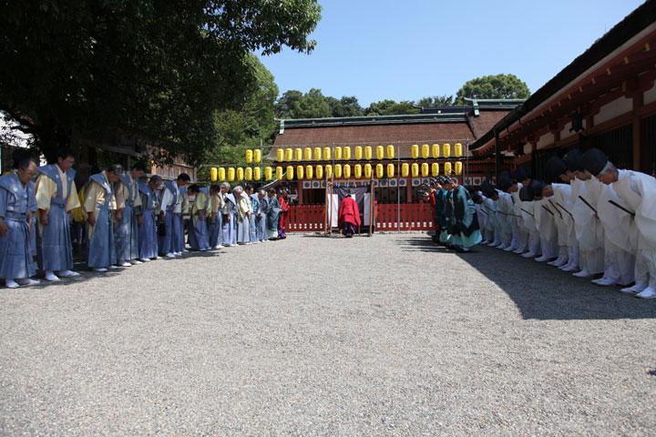 「神輿渡御」を前に拝殿脇で儀式