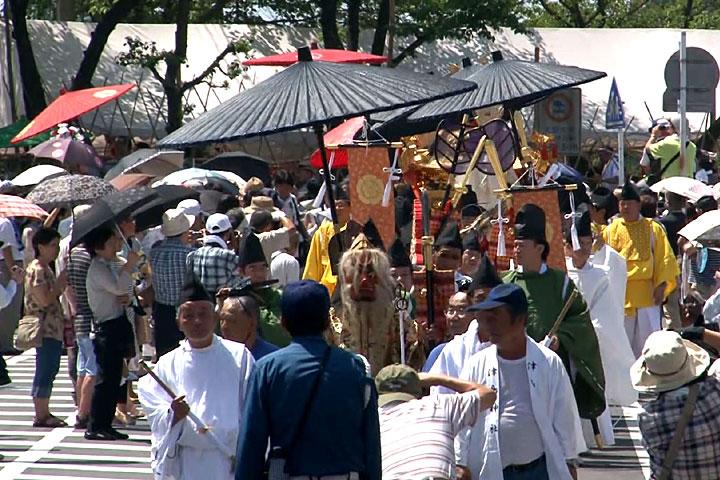 御旅所から津島神社へと「神輿還御」の行列が出発