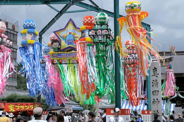 真清田神社前の大きな吹き流し