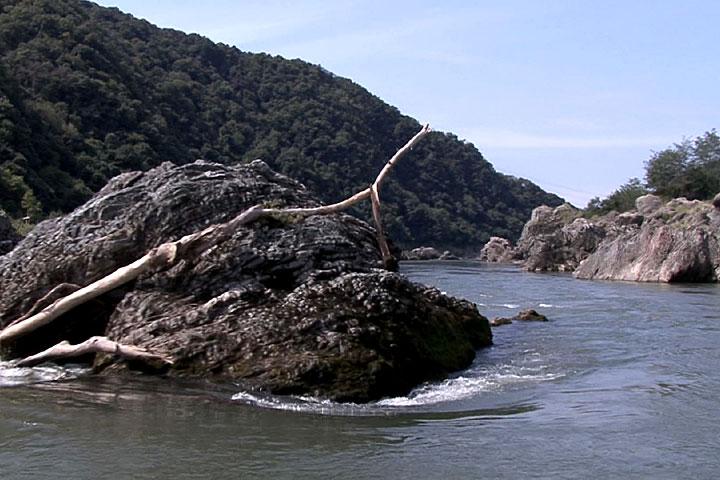 奇岩を左右に見ながら進む