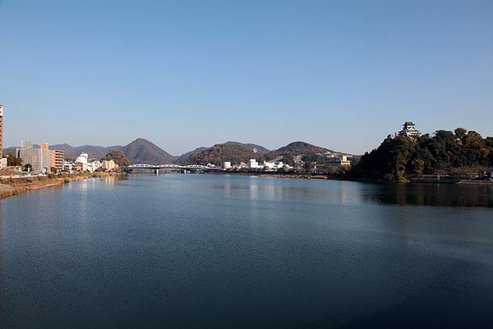 河畔に威容を放つ犬山城