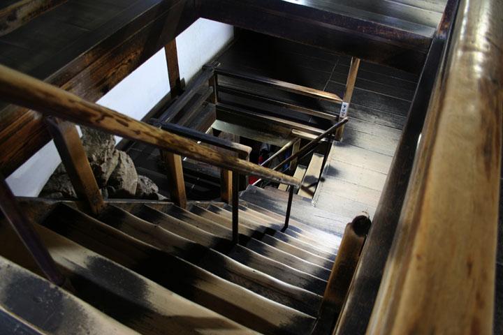 1階より地下1、2階の階段を見る