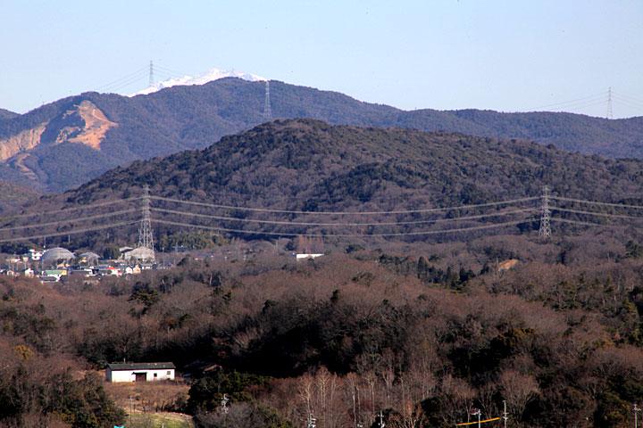 東国山 後方の冠雪した山は御嶽山