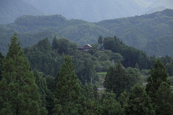 田峯城址と本丸跡に建つ資料館