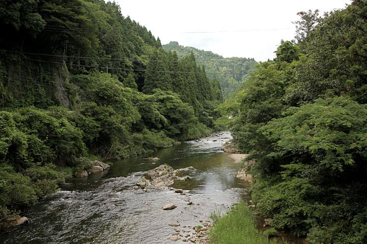 田峯城址は豊川の流れる断崖絶壁にある