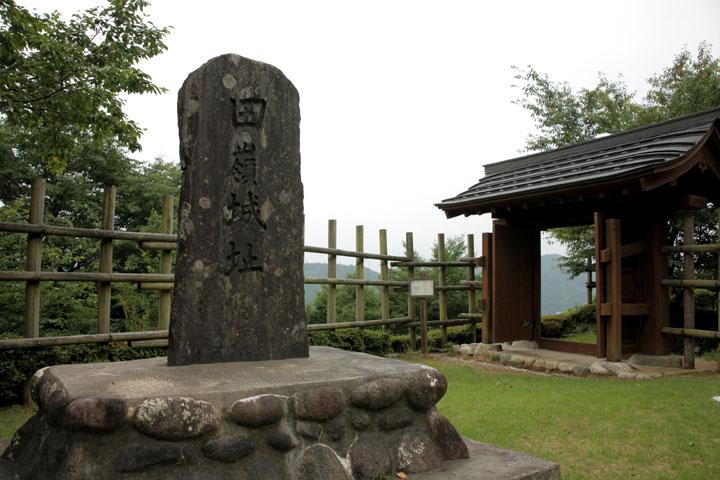田峯城址碑と物見台に通じる門