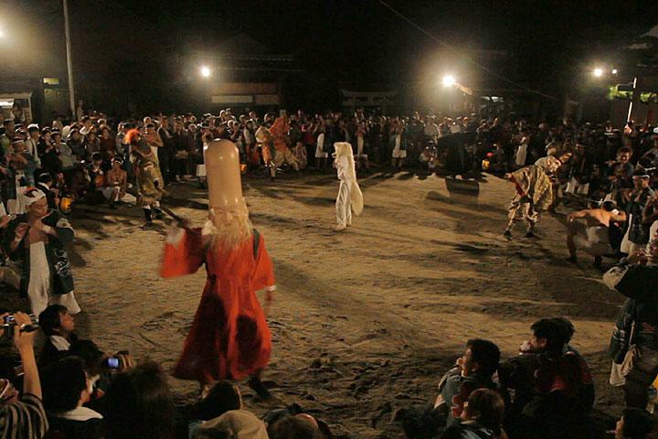上八劔宮本殿前で「七福神踊り」奉納