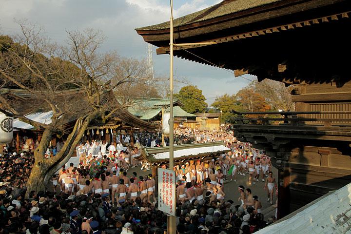 「なおい笹」を捧げ拝殿へ向かう裸男たち