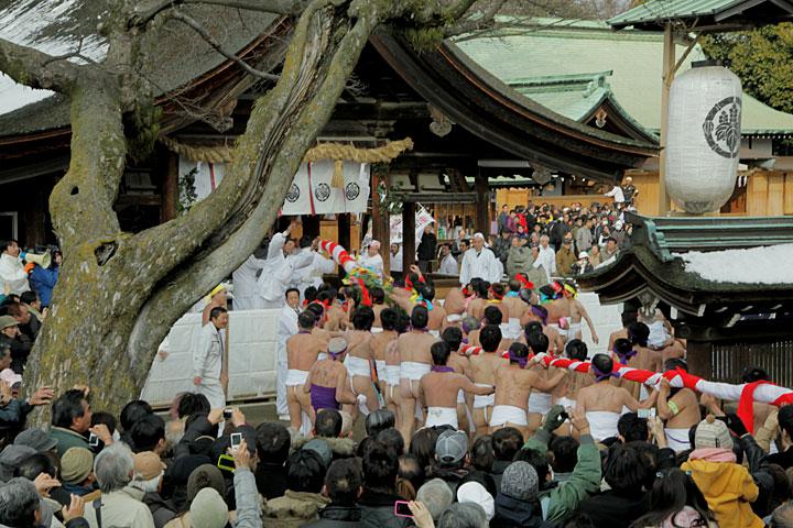次々に拝殿に向かう「なおい笹」
