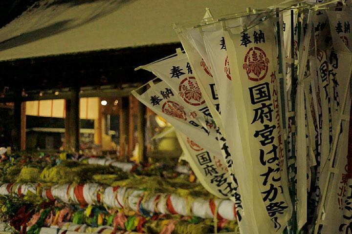 拝殿横に置かれた「なおい笹」