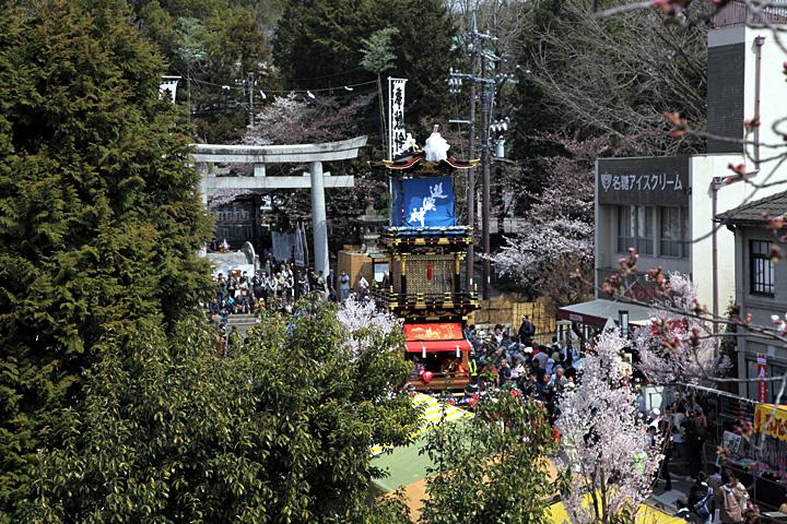 針綱神社に向かう車山