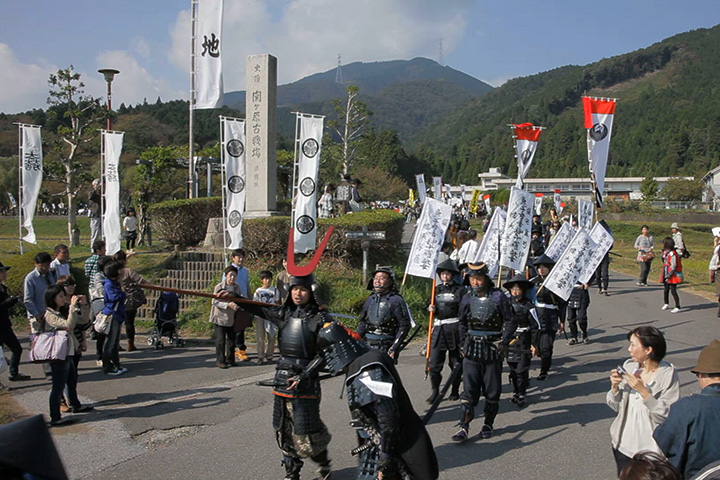 関ケ原決戦地を行軍する島左近隊