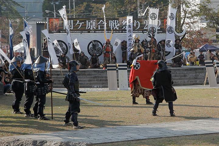 東軍に寝返り大谷吉継への攻撃を指示する小早川秀秋