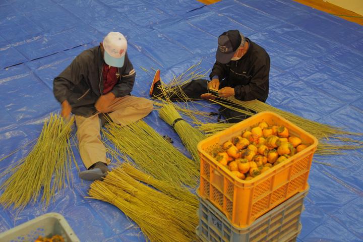 柿を吊るす藁を編む作業