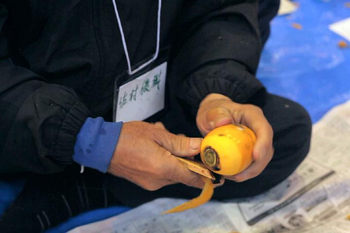 柿の皮をむく作業