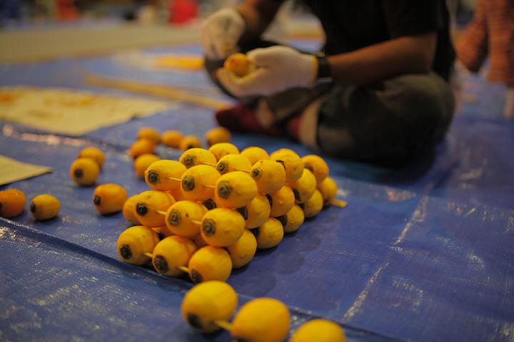 柿を串に刺す作業