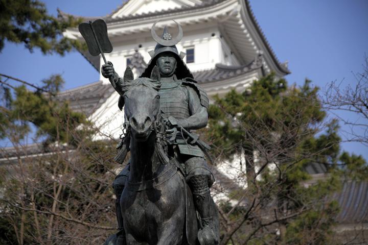 初代藩主戸田氏鉄(うじかね)公騎馬像