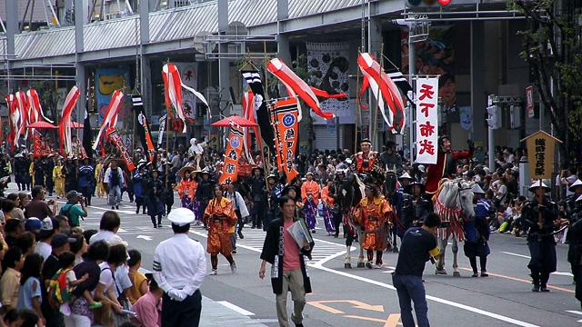 岐阜市を代表するまつりのひとつで、毎年10月の第一土曜日と翌日に開催されています。 この祭は、岐阜城を足がかりに天下統一をめざした織田信長の偉業をしのび、岐阜市建設の遺徳を たたえる祭りで、織田信長菩提所である崇福寺での追悼式や、メインストリートでの武者行列、音楽隊パレードなど華やかなイベントが行なわれ毎年多くの人で賑わいます。(岐阜観光コンベンション協会)