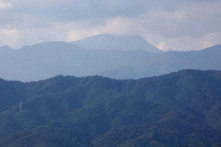 中央の山が白山