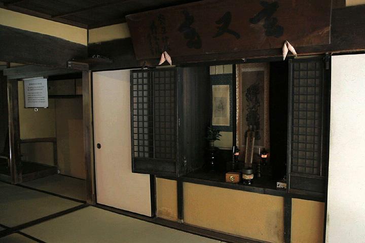 仏壇の裏に地下に通じる抜け道がある