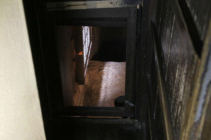 隠し戸から地下の抜け道へ