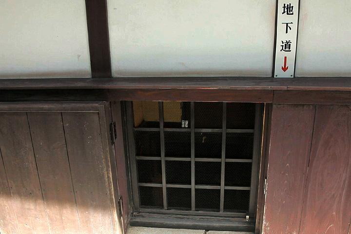 屋外にある地下からの出口