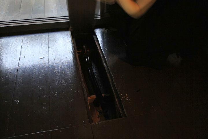 床板の下に刀が隠してある「刀隠し」