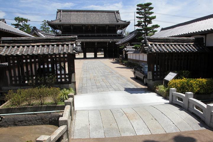 専修寺(せんじゅじ)釘貫門 町の入り口に設けた木戸のようなもの