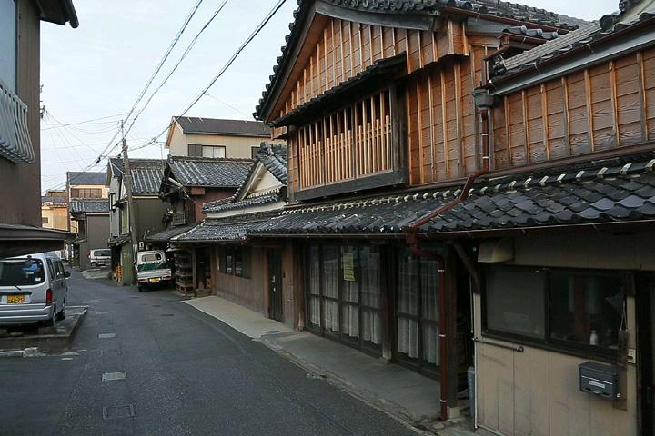 小崎商店 かっては船宿を営んでいた。昭和27年八百屋を開業