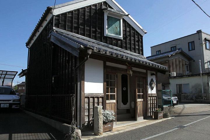 河崎川の駅 伊勢市内を走っていた路面電車の駅舎をイメージして建てられた