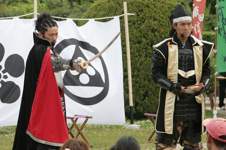 織田信長(左)、徳川家康(右)