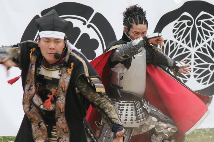 ダンスを踊る加藤清正(左)、織田信長(右)