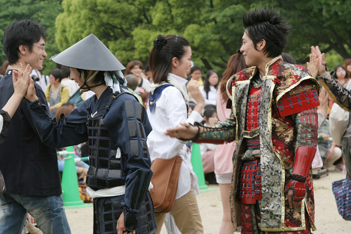 ハイタッチをする元気!(左)と前田慶次(右)