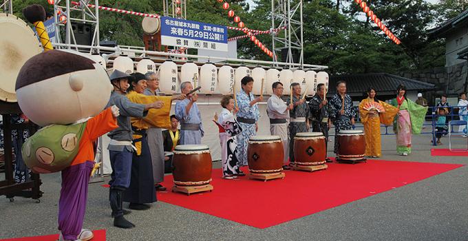 名古屋城宵まつり開幕の太鼓を打ち鳴らす市長ら