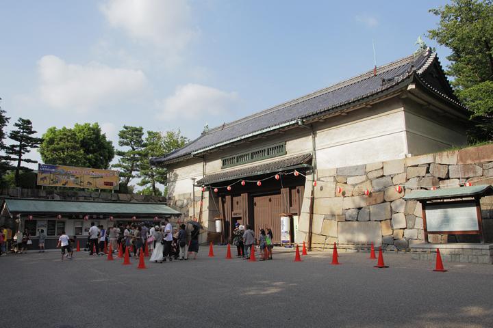名古屋城正門前で宵まつりの開場を待つ人々