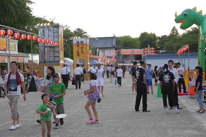 写真左側に城下町夜店とキリンのビアガーデンが並ぶ
